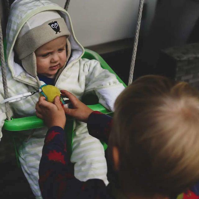 Vauvavuotta takana kohta jo 7kk ja pienin askelin ja haikein mielin sanomme vauvavuoden eri etapeille heippoja. 😭 Eilen huomasin vauvan ekan hampaan. Onneksi, sillä se selittää aika katkonaiset yöt (onneksi siis siksi, että taustalla ei ole muuta yövilinää aiheuttavaa vaivaa 🤔). Ja samalla osaa varustautua tuleviin katkonaisiin öihin, sillä aika monta hammasta vielä on tulossa. 😄 Ei siis tämäkään lapsi tee hampaita ilman pieniä vaivoja, kuten ei isoveljensäkään... 🥱 . Loput hampaat ja aika monta vauvavuoden aikana opittavaa juttua on vielä edessäpäin. ☀️ Mutta haikeaa tämä on viimeisen lapsen kohdalla. Tosi haikeaa! ❤️ . #vauvavuosi